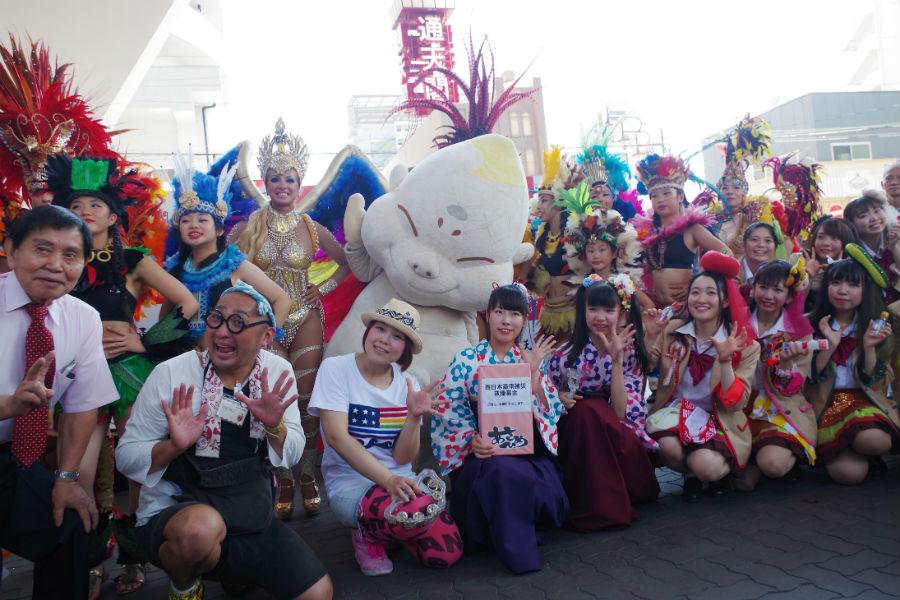 パレードの出発式に登場したサンバチームら参加者