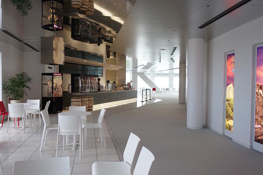 「cafe SKY40」ではクラフトビールなども楽しめる。イートインしやすいようテーブル席が増加