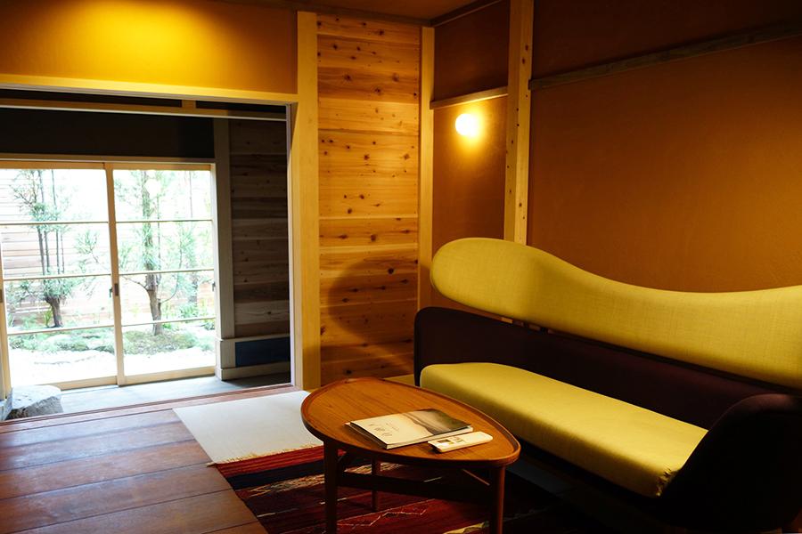 「丸屋」にあるフィン・ユールのベーカーソファ(写真右)。デザインもさることながら、すっぽりと包み込まれる背面と、座り心地が秀逸