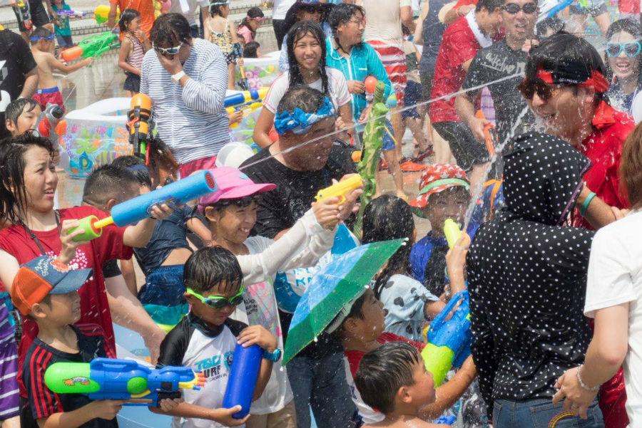 大人のほうが子どもよりも夢中に。ゲスト・ワタナベフラワーのメンバーにも容赦なく水が浴びせられる