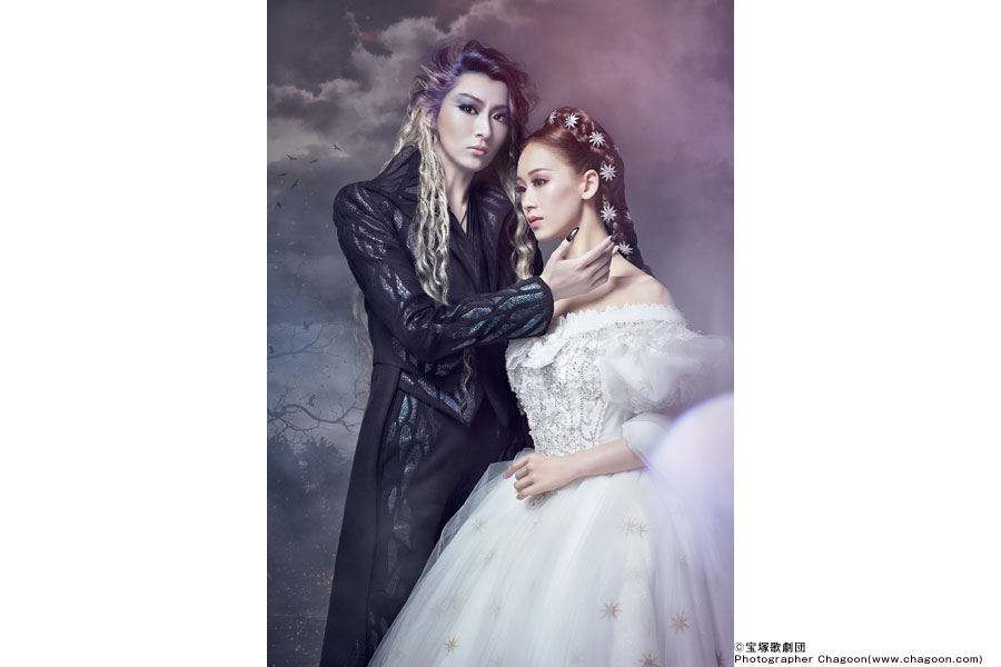 新たな衣装にも注目。トート役の珠城りょう(左)と、エリザベート役の愛希れいか