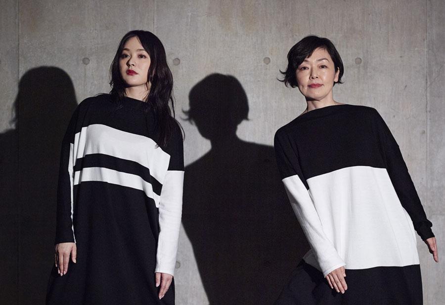 舞台初共演となる貫地谷しほり(左)と小林聡美 写真/久家靖秀