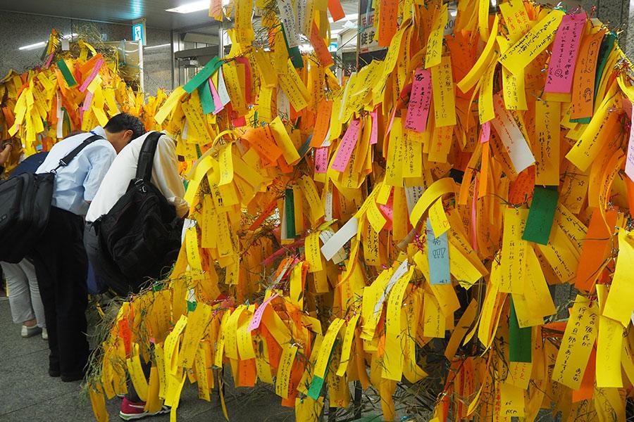 サラリーマンもガチで願い事を書いていく(5日、大阪メトロ御堂筋線「淀屋橋駅」)