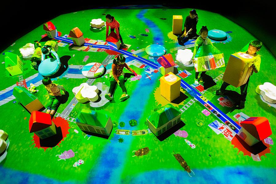 「チームラボ 学ぶ!未来の遊園地」より、巨大!つながるブロックのまち