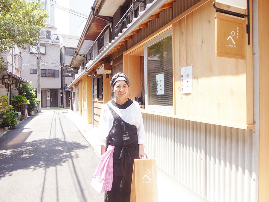 複合長屋の「キタナガKITCHEN」にある同店。店主の竹内由里子さん。店名の「ぺ」はあだ名が由来