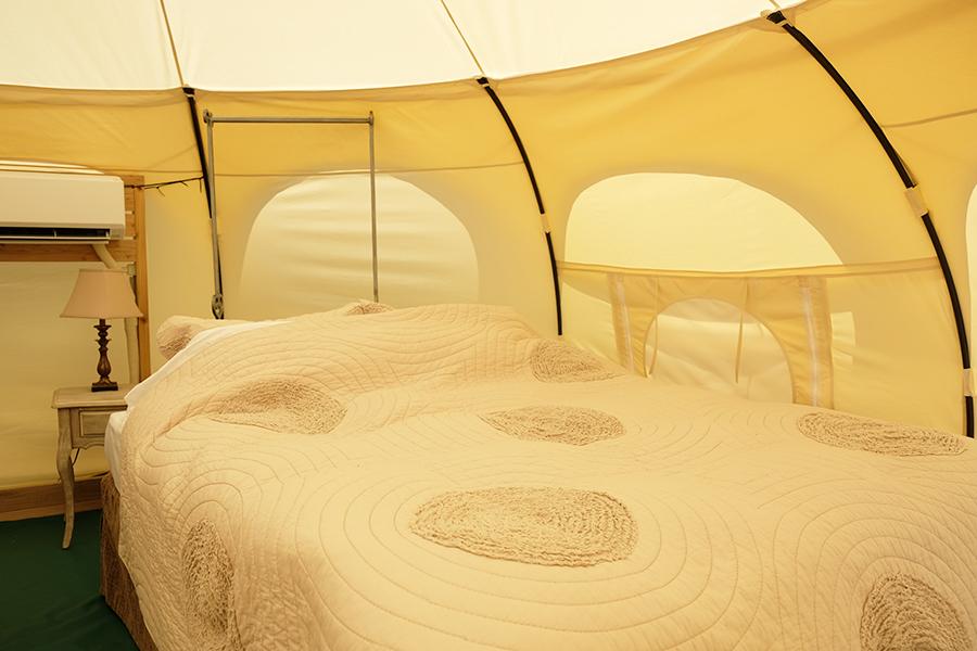 クイーンベッドでも窮屈さを感じない広いテント。最大4名まで宿泊可