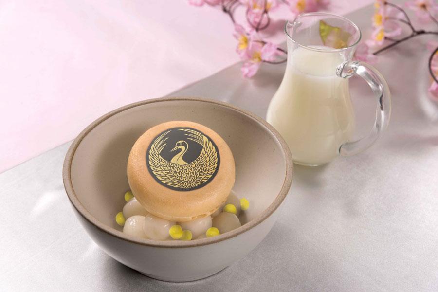 白玉とタピオカが入った「鶴丸国永の白い杏仁ぜんざい」(1501円)。温かい杏仁ソースでモナカがくずれ溶けると・・・