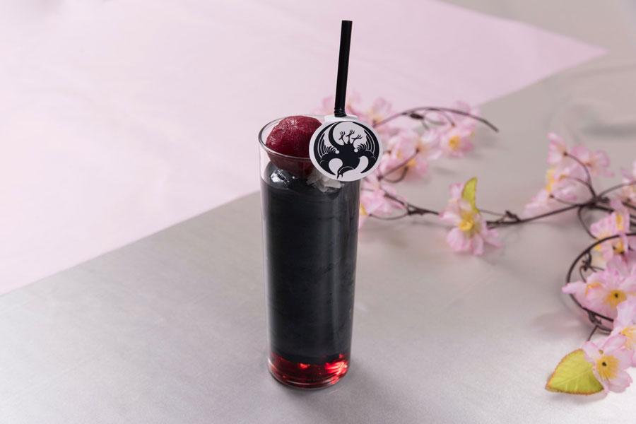 黒と赤のコントラストが鮮やかな、小烏丸の黒スムージー(961円)
