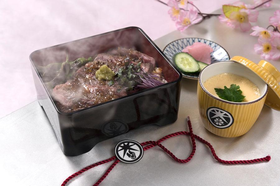 大典太光世をイメージした和膳には、力がつくがっつりステーキ重、茶碗蒸しはツハヤノツルキをイメージ(1609円)