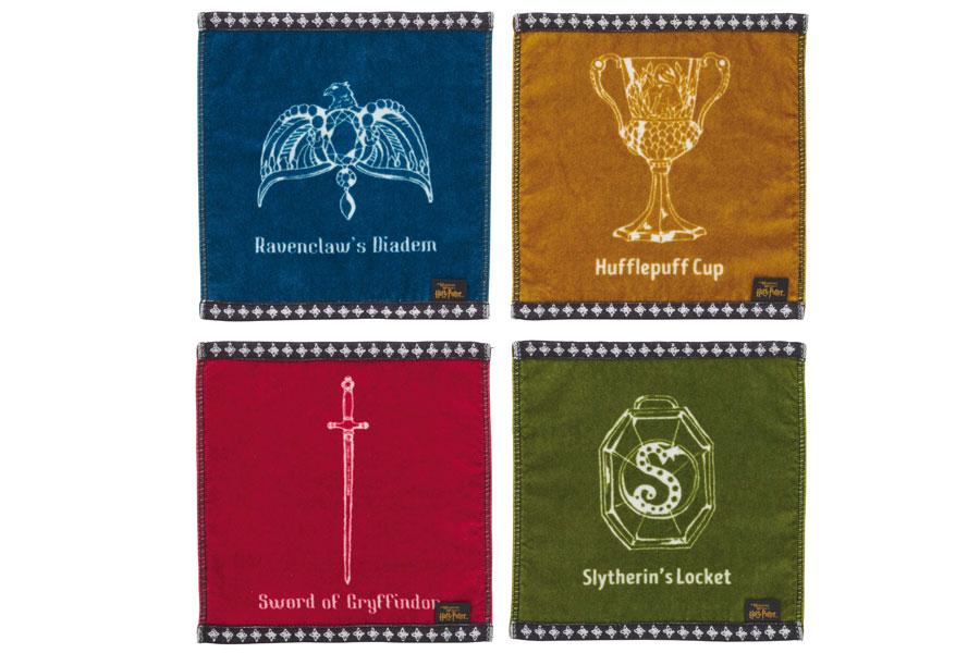4寮の秘宝。左上から時計回りにレイブンクローの髪飾り、ハッフルパフのカップ、スリザリンのロケット、グリフィンドールの剣が描かれたハンドタオルセット