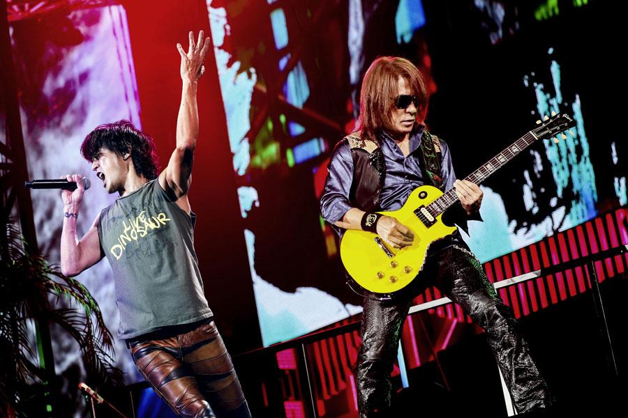 ライブで熱いパフォーマンスを見せる稲葉浩志(左)と松本孝弘