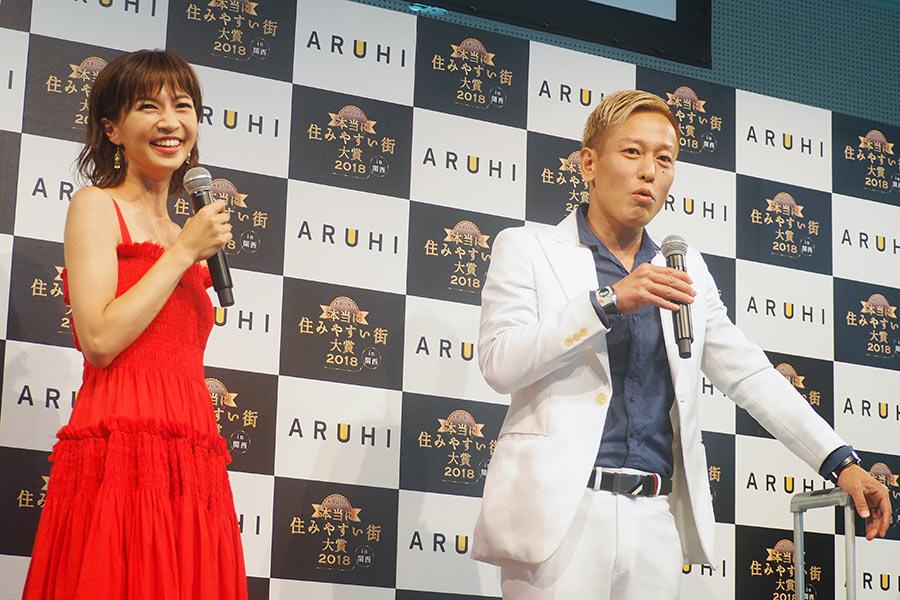 ゲストで登場した安田美沙子(左)とじゅんいちダビッドソン(10日・大阪市内)