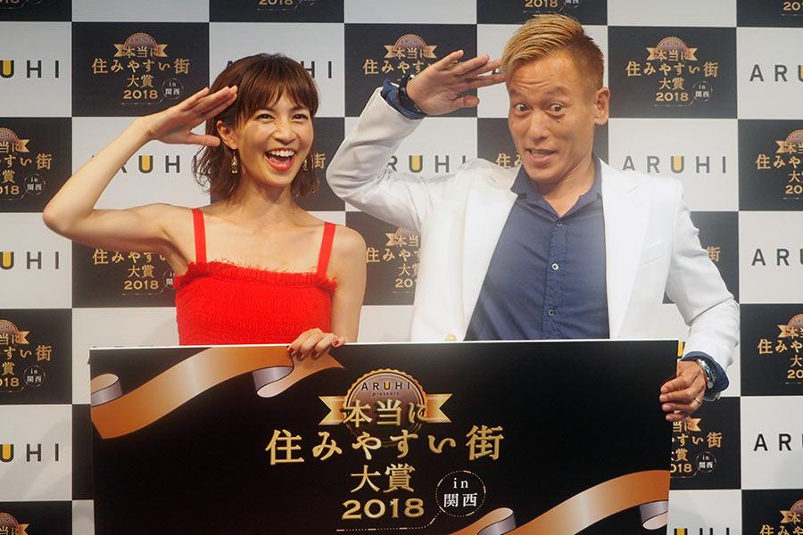 ゲストで登場した安田美沙子(左)とじゅんいちダビッドソンは、W杯で話題となった敬礼ポースを披露(10日・大阪市内)