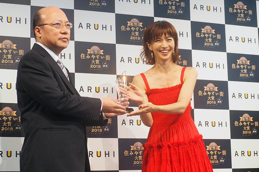 尼崎市都市整備局住宅政策部長・樋上喜宏さんには、安田美沙子より1位のトロフィーが進呈された(10日・大阪市内)