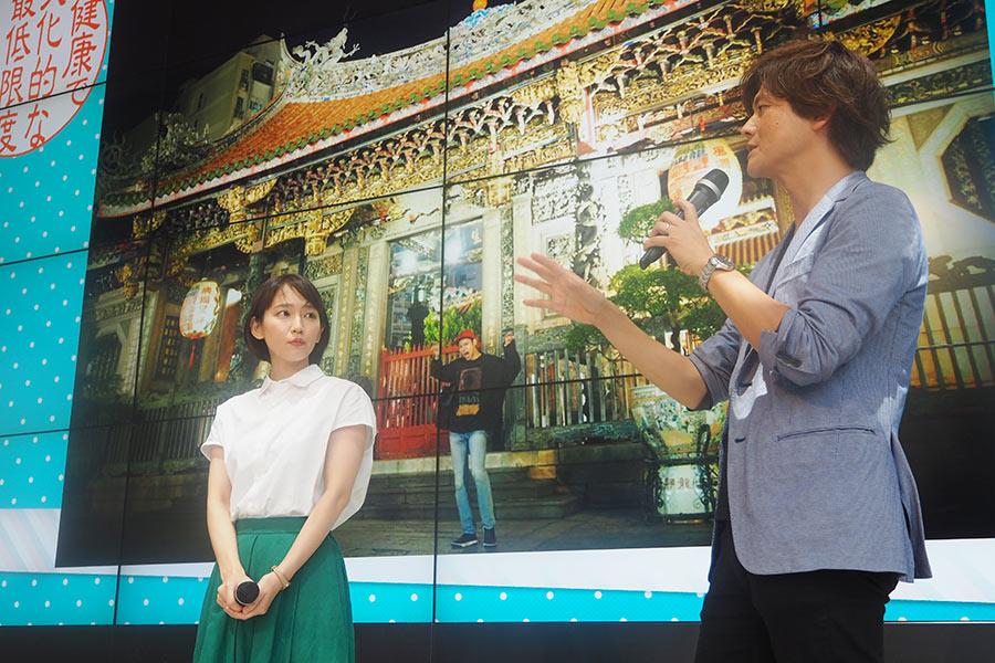 吉岡里帆(左)と米田孝プロデューサー(右)のバックは、山田裕貴の神社巡り写真(13日・大阪市内)