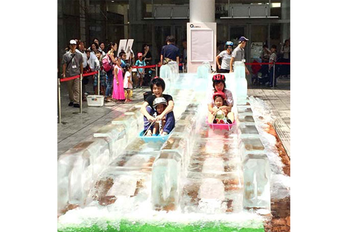 氷でできたスライダーを、雪が降る演出のなか滑って楽しむ『ジャイアント氷スライダー』