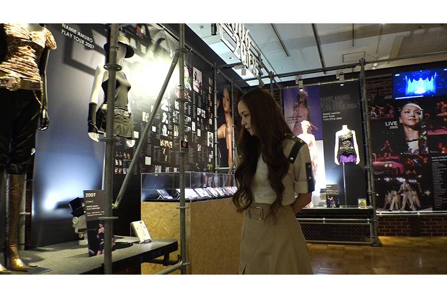 自身の展覧会をお忍びで訪問した歌手・安室奈美恵