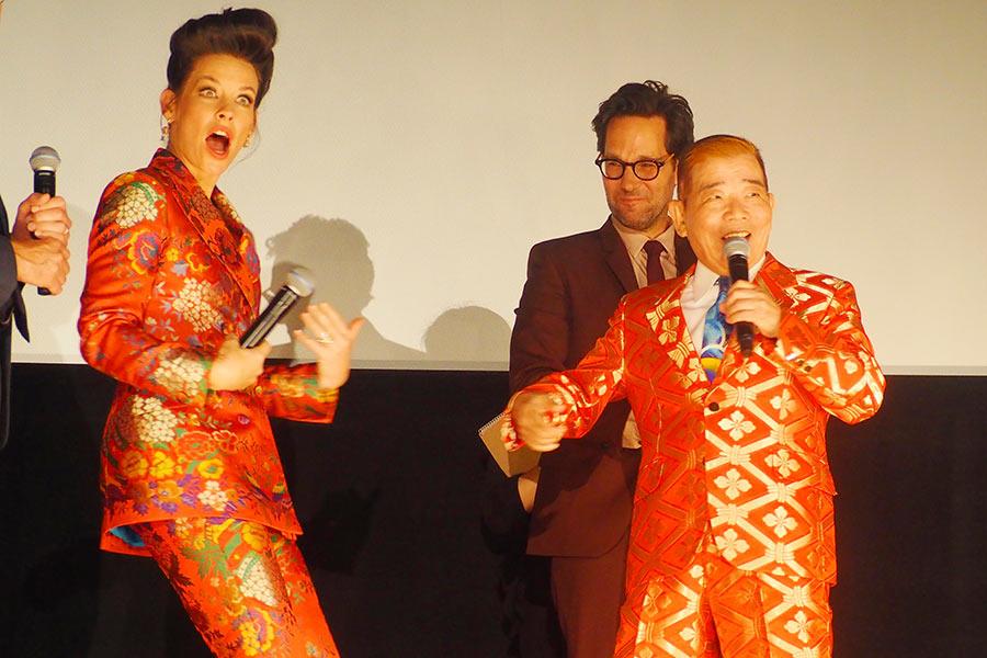 まさかの衣裳かぶりに驚くエヴァンジェリン・リリー(左)と新喜劇・池乃めだか(23日・大阪市内)