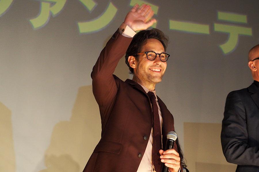 客席に手を振るポール・ラッド(23日・大阪市内)