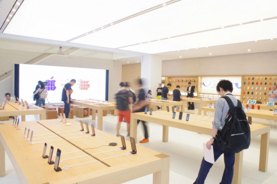1階店内には大画面モニターと自由に座れる椅子のスペースが。ここでも『Today at Apple』が開催される