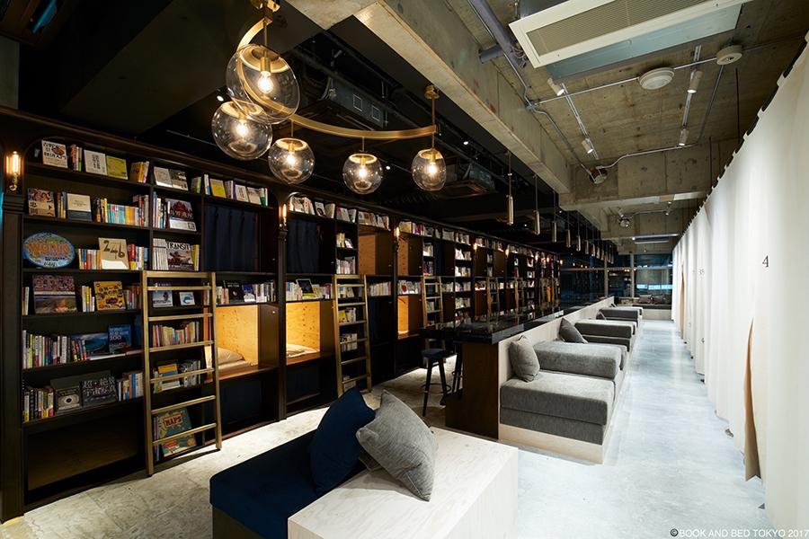 共有スペースは、ゆったり読書できるようにデザイン。浅草店内観 (C)BOOK AND BED TOKYO 2018