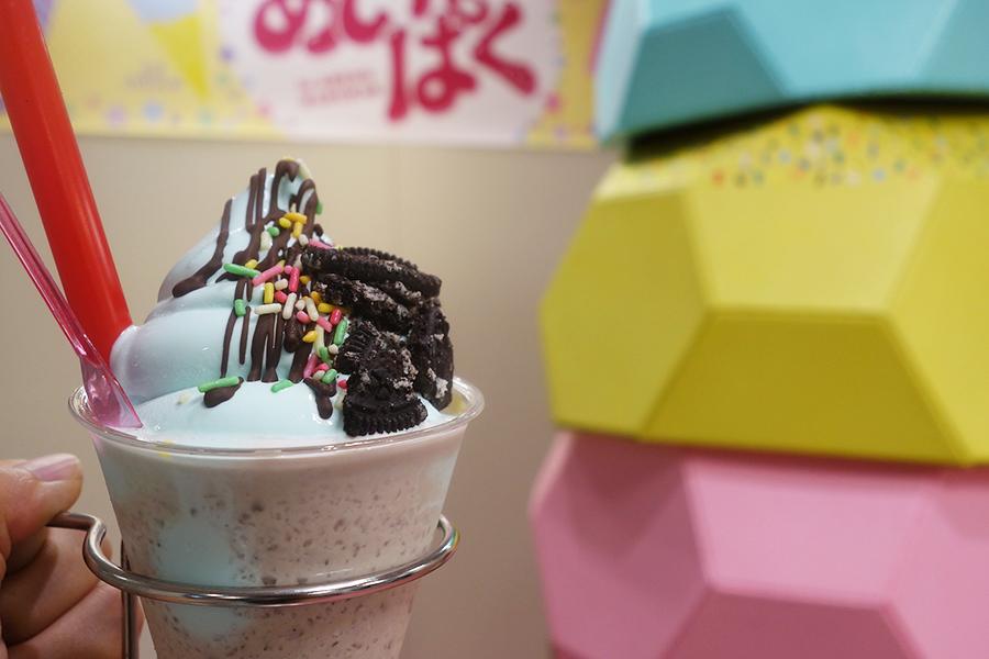 「コールド・ストーン・クリーマリー・ジャパン」では、アイスとソフトの中間ぐらいのやわらかさの「ミント・ミント・ミント」を販売。写真は、シェイクバージョン