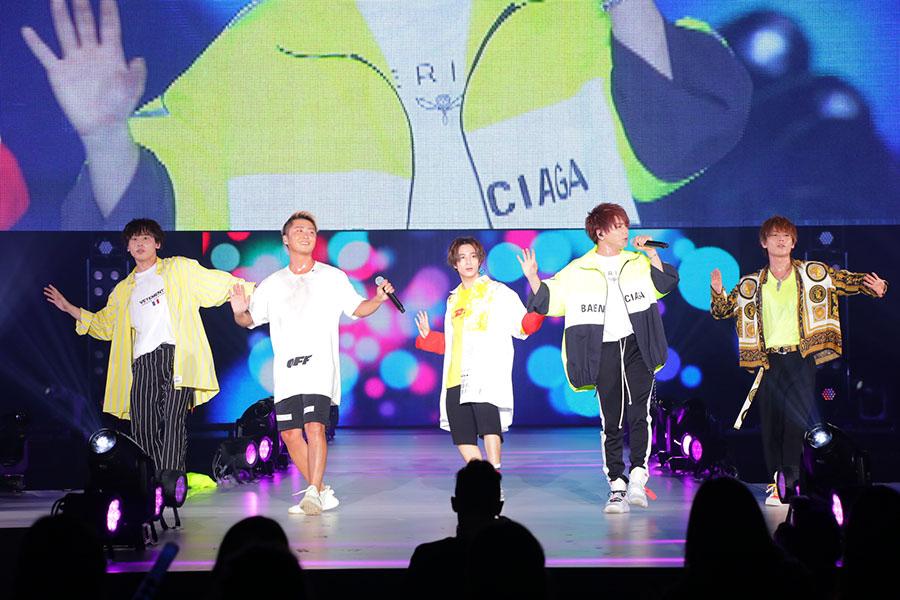 関西コレクションでライブを披露したDa-iCE(29日、左から工藤大輝、大野雄大、和田颯、花村想太、岩岡徹)