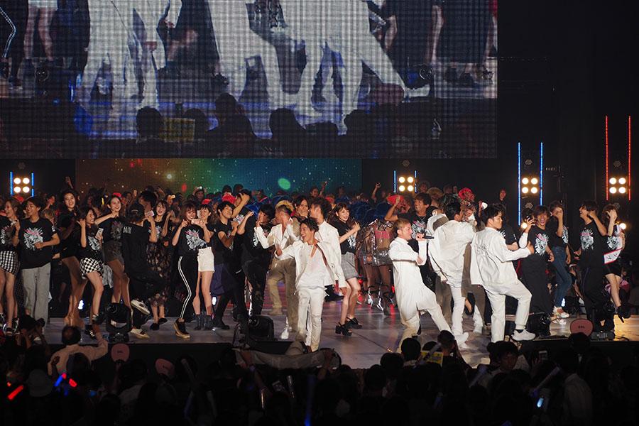 関コレ出演者がステージに集結し、いいねダンスを踊って盛り上げたフィナーレ(29日、大阪市内)