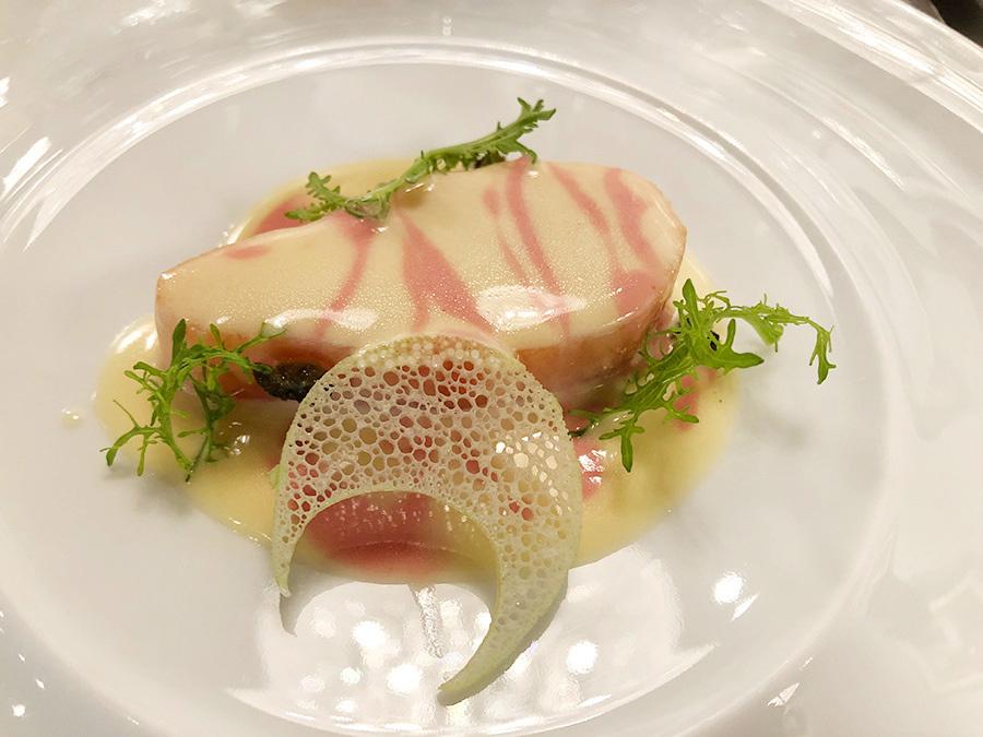 「レストラン プレスキル」のシェフ・佐々木康二さんによる1皿、醒井養鱒場のマスとマーブル模様のノイリーソース。低温調理でしっとりと仕上げた食感と繊細な旨みがたまらない