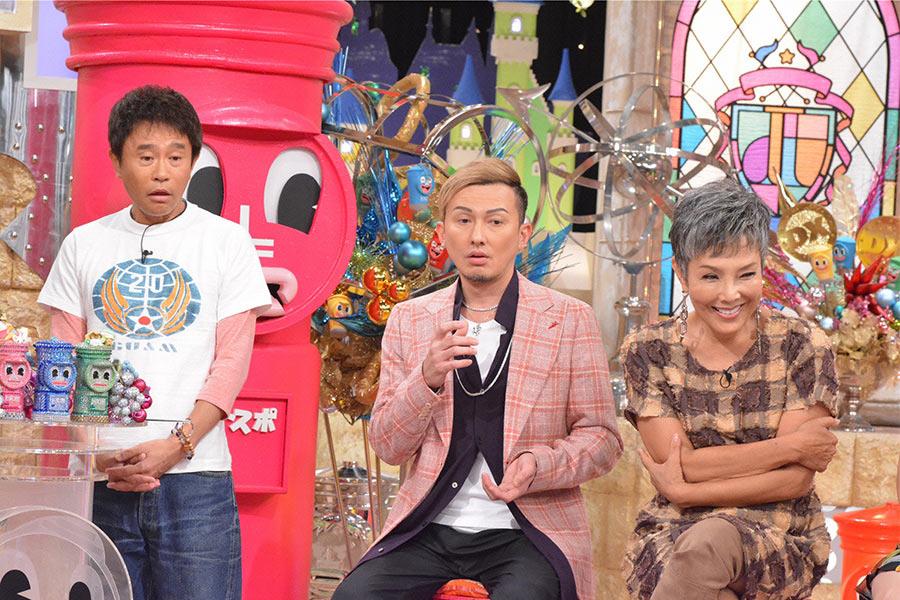 左から、MCの浜田雅功、DA PUMPのISSA、ピーター © ytv