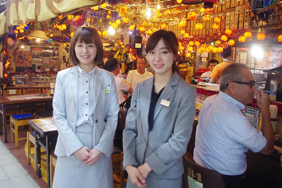 美人姉妹が切り盛りする界隈では有名な「居酒屋 1969」、スタッフのマイさん(左)とナミさん