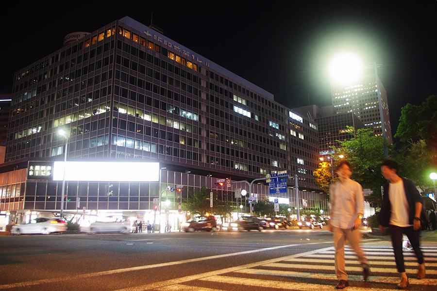 JR大阪駅と北新地の間にそびえる「大阪駅前ビル」