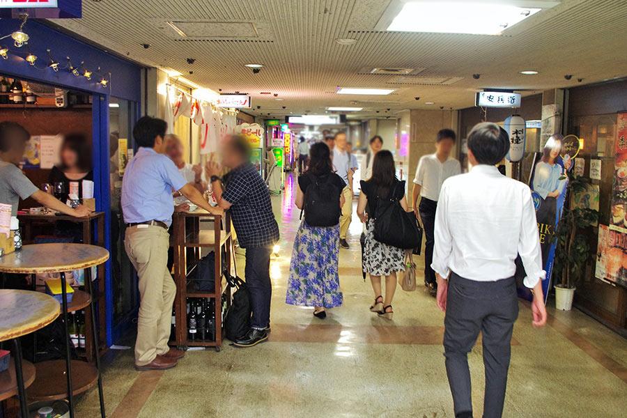 15時くらいからオープンする立ち飲み屋も多い「大阪駅前ビル」