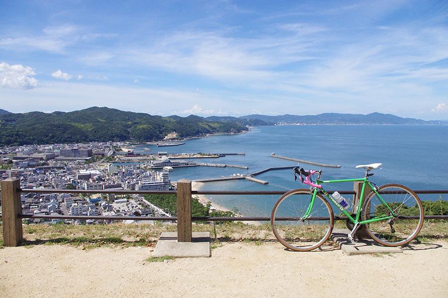 洲本港から見る洲本の町並み、青空が広がる絶景となった