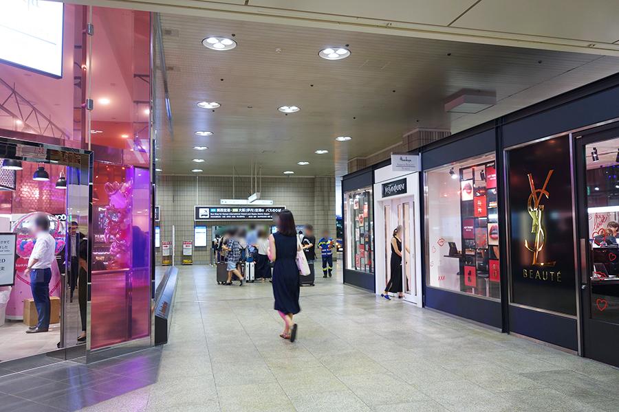 阪急三番街1階に位置し、右側がポップアップショップ