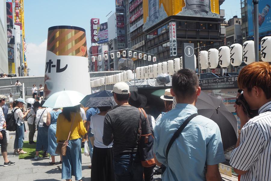 12時30分頃には行列が。今年は蛇口が2つ設置されているため、流れはスムーズ(1日、大阪市内)