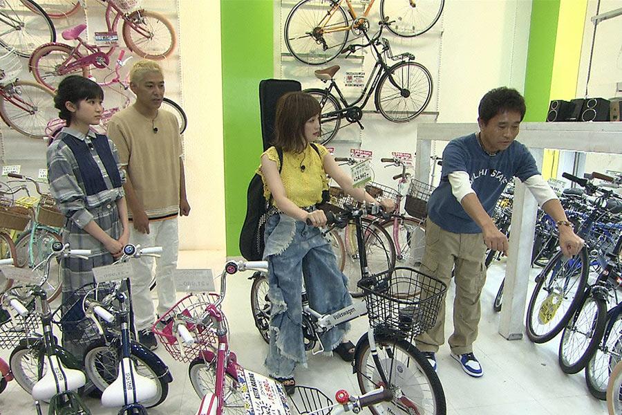 散歩が好きだという瀬川あやか(右から2番目)は自転車を購入 © ytv