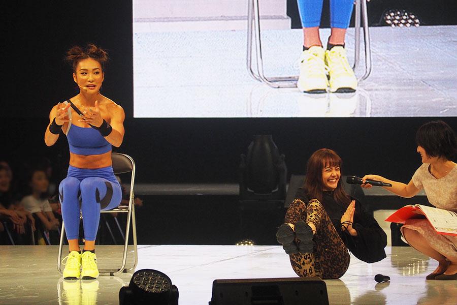 イスや床に座ってできる、2つ目の美尻トレーニング。「座って、ひざを上げたままねじる。足の重さをおなかで感じて!」と説明