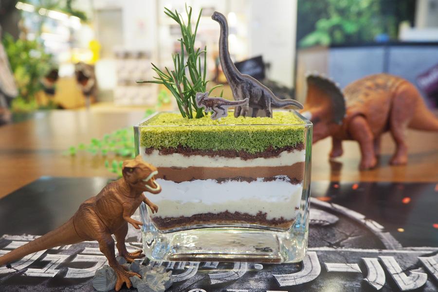 恐竜たちが住む大平原の下に広がる地層をイメージした「地層パフェ〜草食恐竜の大草原〜」(1190円)
