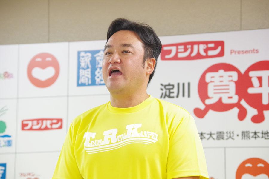 親交のあるミュージシャン・ファンキー加藤に向け、カメラ越しにマラソン参加をオファーするたむらけんじ