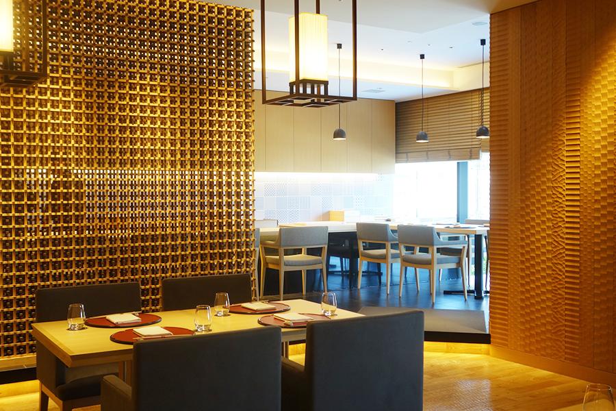 懐石・鮨の「川梅」。テーブル席と、鮨がいただけるカウンター席