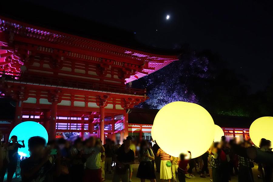 楼門周辺には球体が、宙に浮いたり、舞殿内に並ぶ