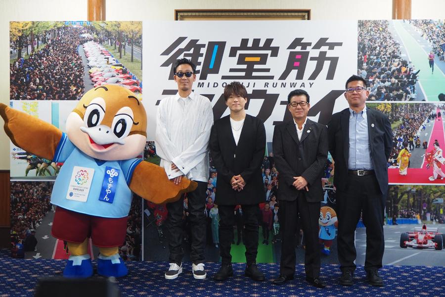 松井一郎大阪府知事を表敬訪問したコブクロ(左からもずやん、コブクロの黒田俊介と小渕健太郎、松井一郎府知事、岡本部長)