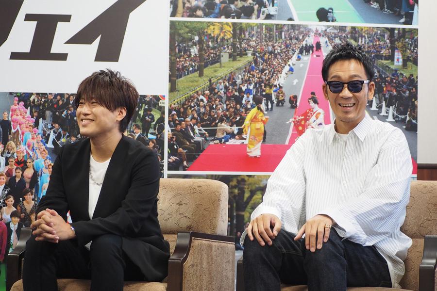 終始和やかな雰囲気でおこなわれた表敬訪問(左から小渕健太郎、黒田俊介)