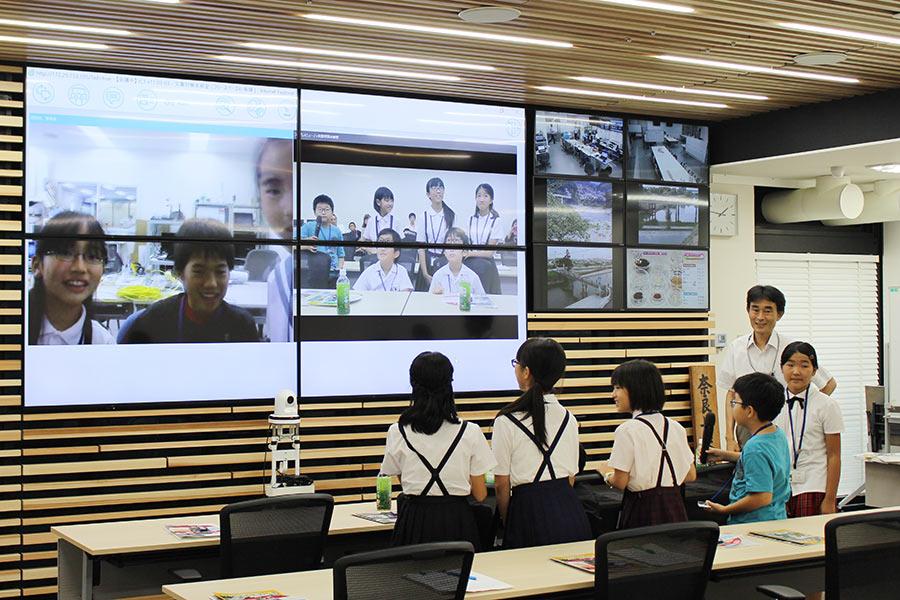 災害対策本部の視察、災害時に知事と市町村長等が連絡を取り合うために設置された、テレビ会議を体験(3日・奈良県庁)