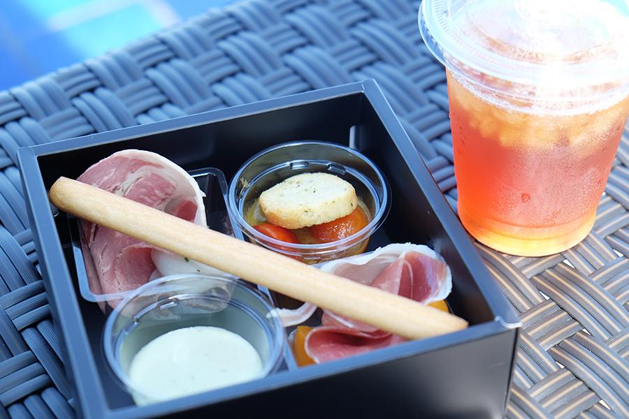 「ラウンジボックス」には、滋賀県特産の「近江和紅茶」や、地元ワイナリーの「琵琶湖ワイン」その他から選べるドリンク1種を提供