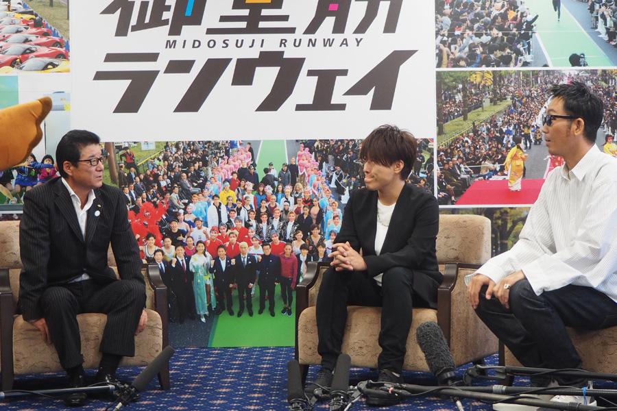 「大阪府庁」を訪れたコブクロ(左から松井一郎府知事、コブクロの小渕健太郎、黒田俊介)
