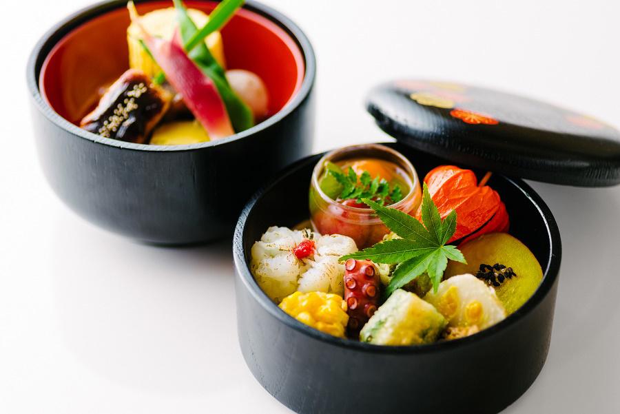 お昼は2段のお弁当、先付、造り、温の物、ご飯、赤だし、デザートなどが付く