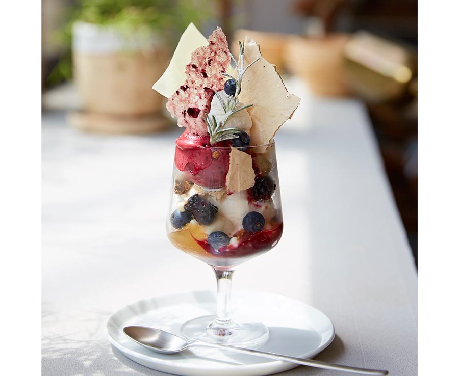 代々木上原「パティスリー ビヤンネートル」の季節のパフェ。ブルーベリーのソルベやチュイル、ジャスミンゼリーなどが楽しめる