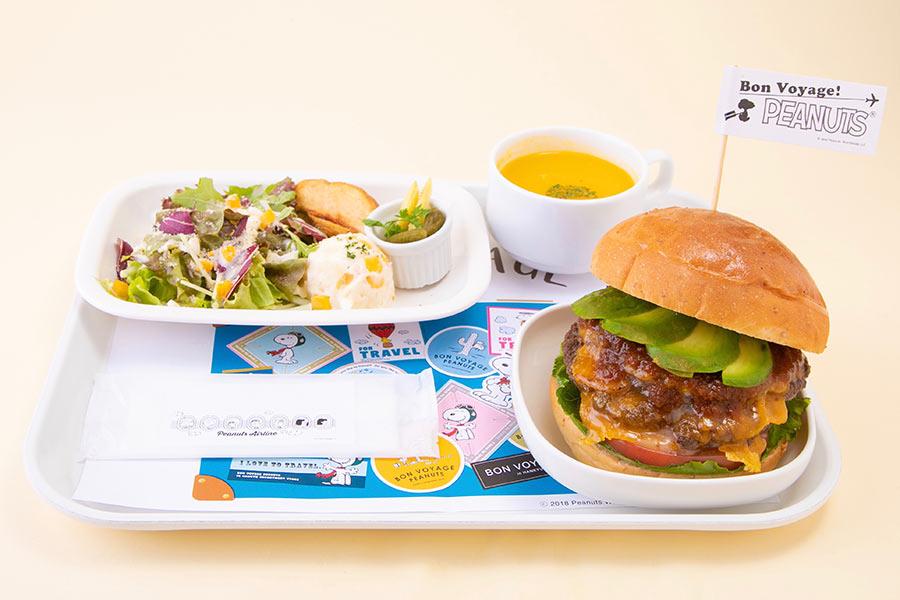 チャーリー・ブラウンのカラーをイメージした「機内食プレート ビーフバーガー」(1600円)